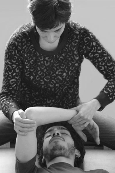 Séance individuelle de Feldenkrais - Corinne Garcia travaillant sur le bras