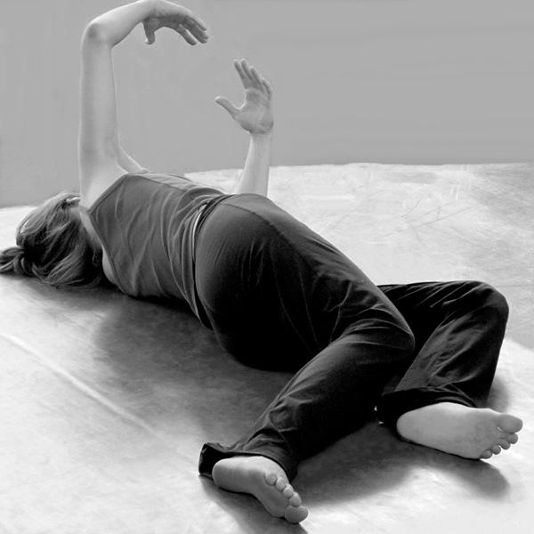 Pratique de Feldenkrais - position allongées bras en coupole
