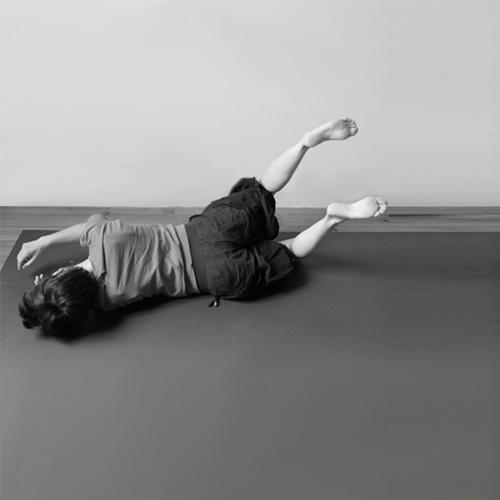 Pratique de Feldenkrais - position allongée en mouvement