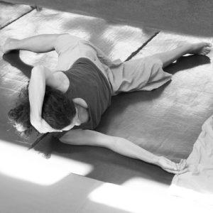 Pratique de Feldenkrais - femme en mouvement position allongée