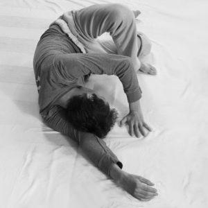 Pratique de Feldenkrais - homme en mouvement position allongée
